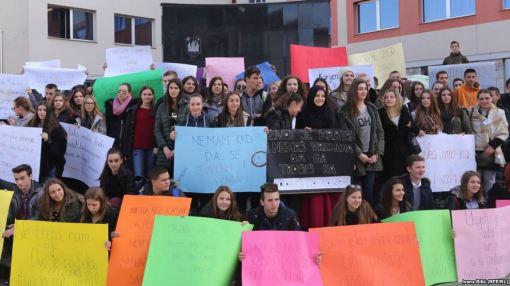 Više od 200 učenika iz osam srednjih škola u Bihaću poslali su jasne poruke političarima u BiH