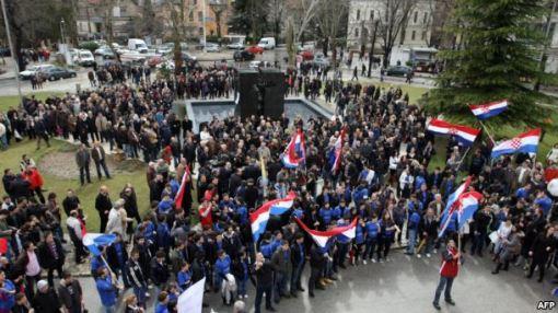 Ideje i o parčanju Bosne i Hercegovine, (na slici: zastave Hrvatske u Mostaru)