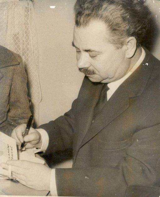 """Mak Dizdar 1966. godine u knjizari Veselin Maslesa prilikom potpisivanja """"Kamenog spavača"""" prvim kupcima"""