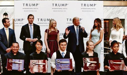 S lijeva na desno: Donald Trump Jr., Eric Trump, Tiffany Trump, Donald Trump, Melania Trump i Ivanka Trump
